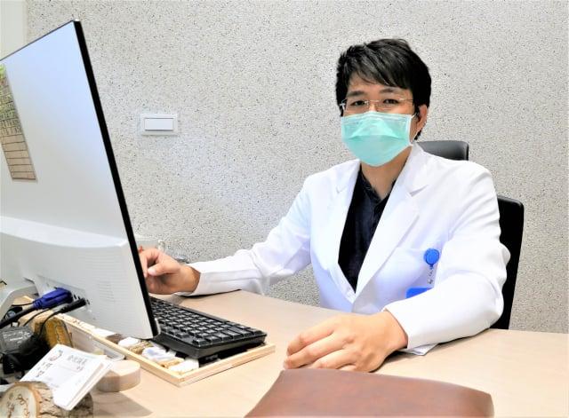 俞悅誠氣中醫診所主治醫師何堃誠。(攝影/鄧玫玲)
