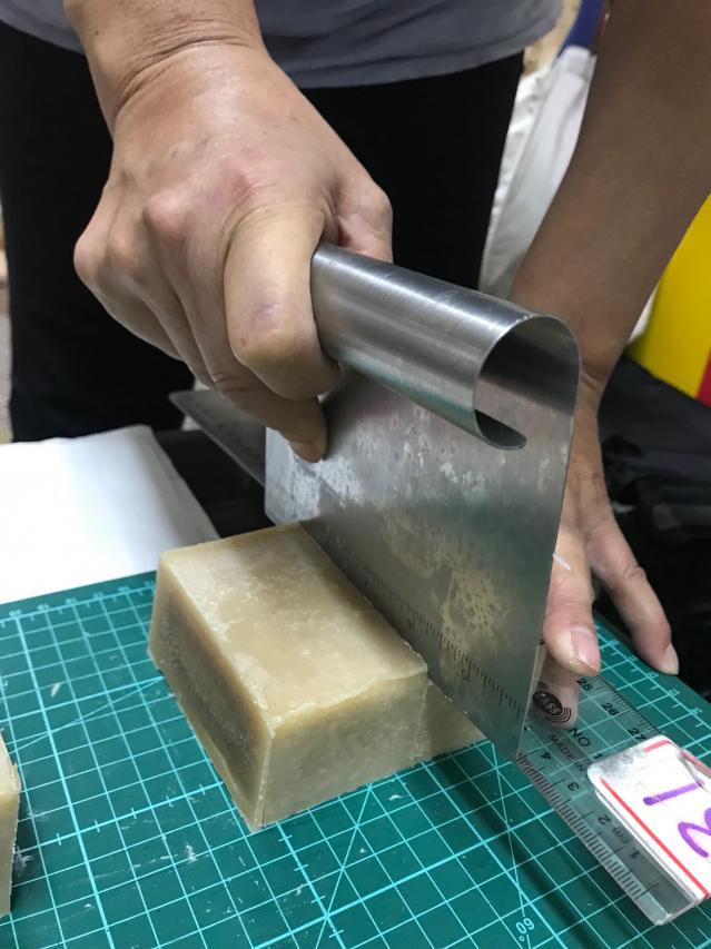 切皂時,墊上有尺度軟墊。(攝影/朱孝貞)