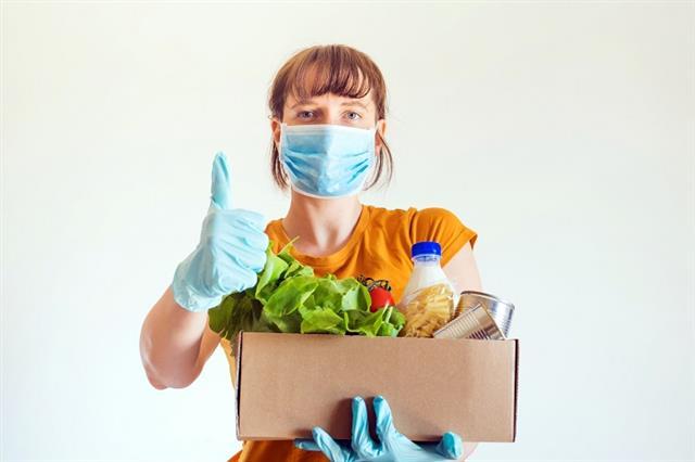 居家防疫期間維持良好體態,補充蔬菜水果等纖維質、水、跟油,四大黃金要素缺一不可。(123RF)