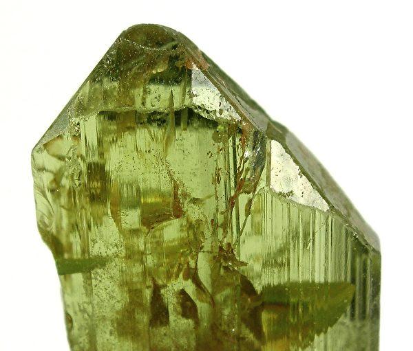 圖為鎂橄欖石。(Robert M. Lavinsky (1972–) Blue pencil.svg wikidata:Q56247090/維基)