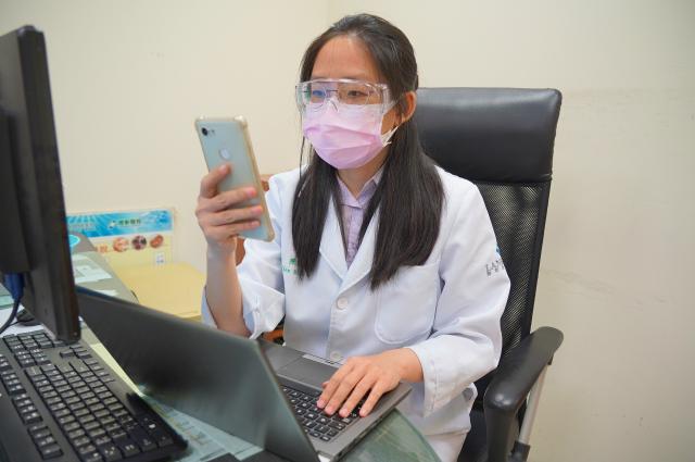 中醫師透過視訊以望聞問診療方式瞭解病人情況。(聯新國際醫院提供)