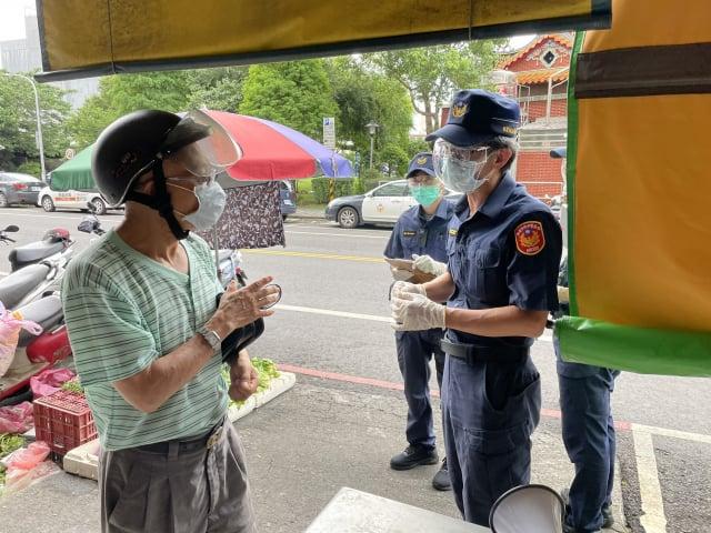 平鎮警前進傳統市場,宣導分流採買及稽查口罩佩戴。(桃園市平鎮警分局 提供)