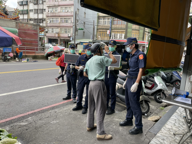 平鎮警前進傳統市場,宣導分流採買及稽查口罩佩戴。