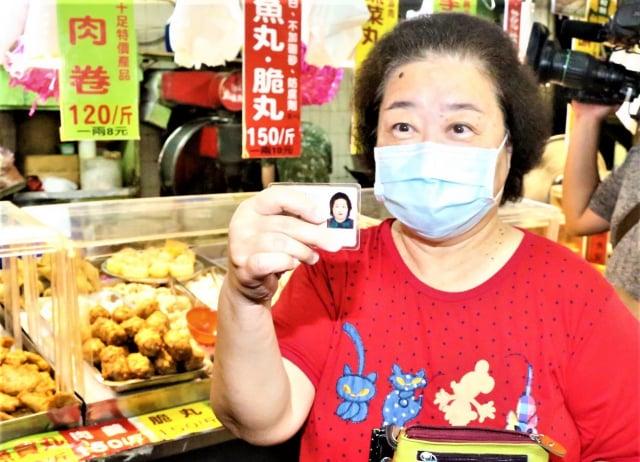前來採買的劉小姐、身分證字號尾數是0,她說,原先一周採買2、3次,現在會配合市府政策。(台中市政府提供)
