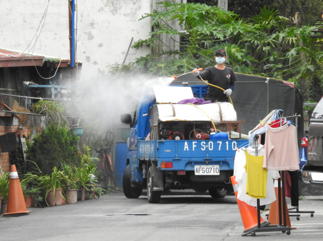 縣府環保局攜手埔里清潔隊在埔里鎮鐵山里挨家挨戶噴藥消毒。