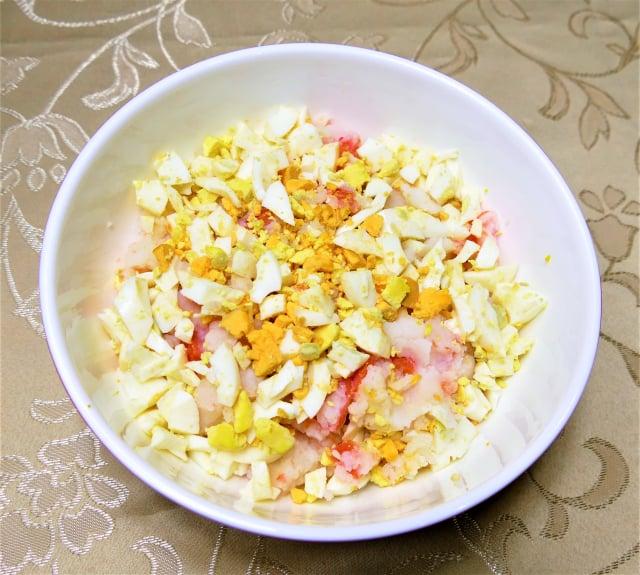 馬鈴薯泥和雞蛋碎拌勻,加上美乃滋就是一道很清爽的涼拌菜。(攝影/鄧玫玲)