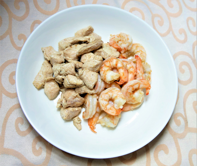 白蝦和雞胸肉淋上油醋醬就是一道美味可口的防疫美食。(攝影/鄧玫玲)