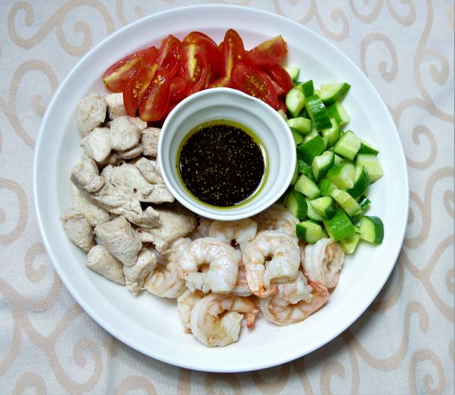 油醋沙拉是選用初榨的橄欖油和溫和的醋液調和而成的沾醬,搭配新鮮蔬果就是防疫美食。(攝影/鄧玫玲)