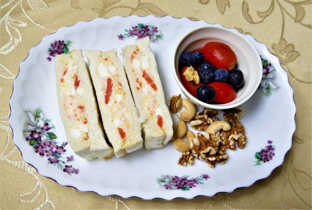 馬鈴薯泥和雞蛋混和後,拌上美乃滋,可以夾在吐司中成為美味三明治。(攝影/鄧玫玲)
