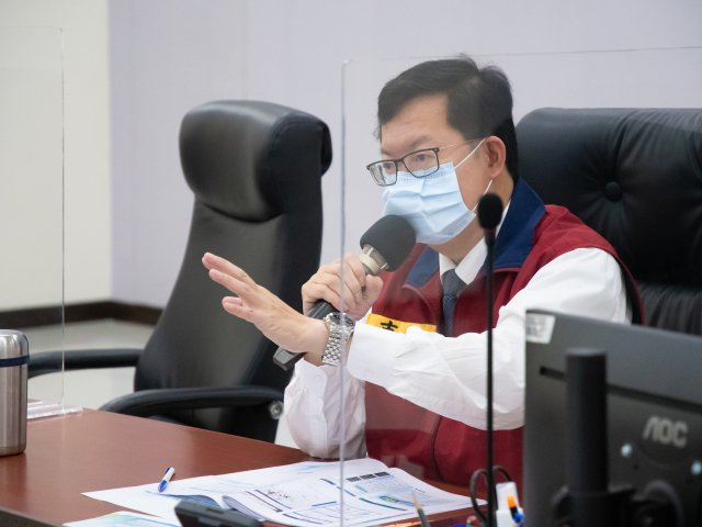 桃園市長鄭文燦指出,桃市府補助市區客運轉型防疫司機,從速、從寬、從簡執行擴大急難困方案。(桃園市府新聞處提供)