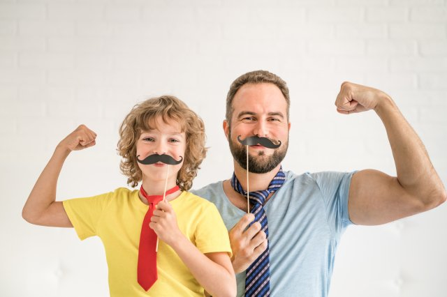 列出了社會上刻板印象的男性特徵——有競爭性、大膽、冒險,占主導地位,積極進取,勇敢和能承受壓力。具有這些積極特徵的父親,「被認為表現出良好的教育子女的行為」。(123RF)