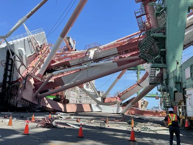 貨櫃船在高雄港內偏航造成起重機倒塌,1人受傷送醫。(高雄港務分公司提供)