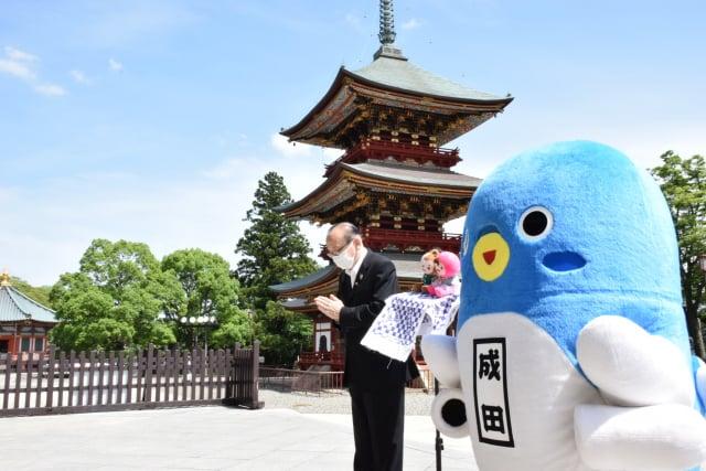 成田市小泉一成市長與鰻成君帶著桃園吉祥物ㄚ桃園哥,一起至成田寺為桃園祈福(取自小泉一成市長臉書)。