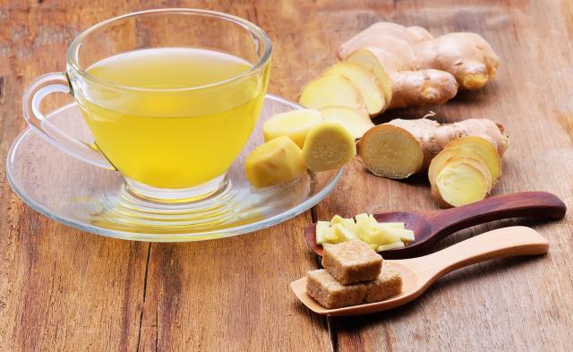 確診者輕度發燒時,喝生薑湯可發汗、祛風,有助退燒。(Shutterstock)