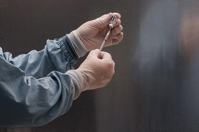 醫生施打疫苗示意圖。(Photo by ARIANA DREHSLER/AFP via Getty Images)