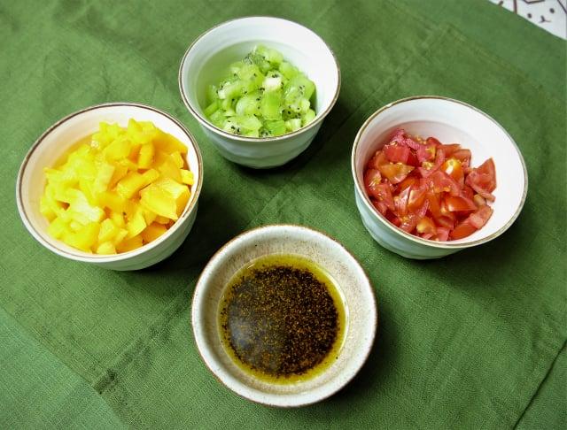 鮮果莎莎醬材料:芒果丁、奇異果丁、小番茄丁、水果醋、橄欖油、胡椒粉適量。(攝影/鄧玫玲)