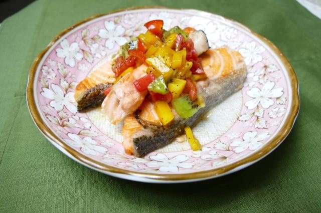 鮮果莎莎醬香煎鮭魚。(攝影/鄧玫玲)