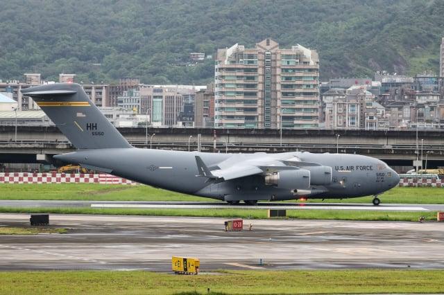 美國聯邦參議院昆斯等三位參議員訪問團搭乘C-17運輸機,6日上午7時19分飛抵松山機場。(中央社)
