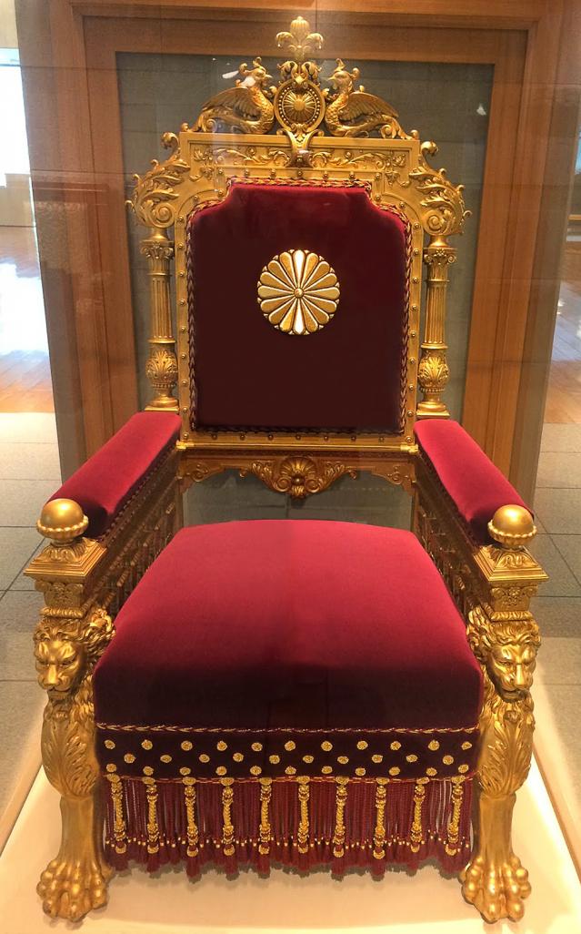 1868~1912年,上議院日本天皇的皇位。寶座採用真金打造,細節完美,如16 瓣菊花印章、兩個獅子頭、兩隻鳳凰和太陽圓盤。(維基百科)