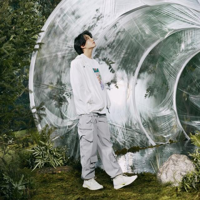 柾國穿著新款服飾,連結Newtro與回歸自然的概念。(FILA提供)