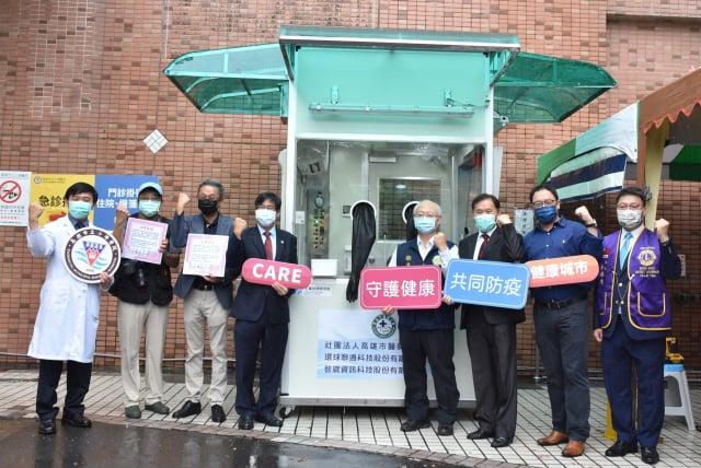 高雄市醫師公會結合在地企業及國際獅子會300E1區,超前佈署捐贈7座「正壓檢疫亭」給高市7家醫院。(高雄市醫師公會提供)