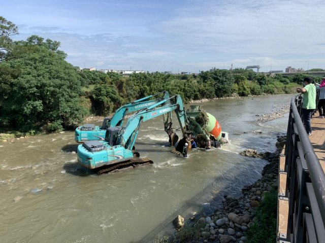 中壢水泥車因大雨溪水突然暴漲,遭沖進溪中。