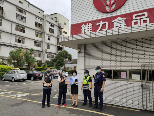 田中警分局在各企業單位用五國語文宣導防疫。