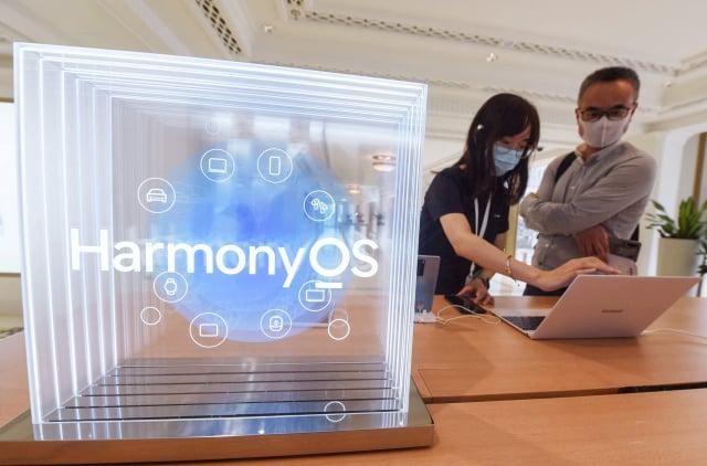 華為發布鴻蒙OS 2.0操作系統,但至今尚無手機廠商表態將接入該系統。(STR/AFP via Getty Images)