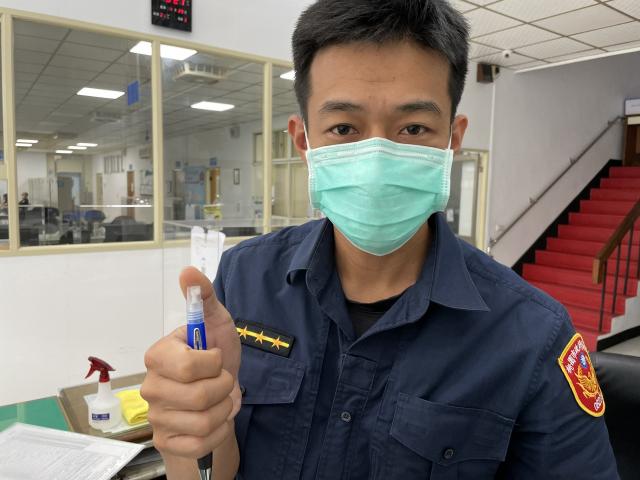抗疫原子筆至平鎮警分局,讓員警在防疫工作中,也能保護好自我的健康。(平鎮警分局提供)