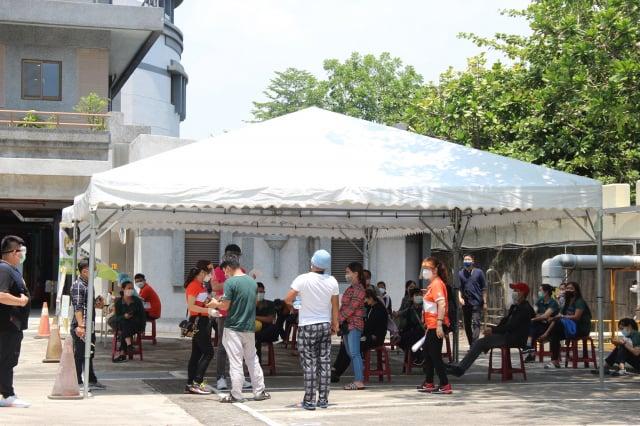 屏東縣政府考量疫情趨勢和企業需求,9日起在全縣重點工業區或鄰近地區設置6處篩檢站,全面啟動篩檢,首日篩檢1313人。