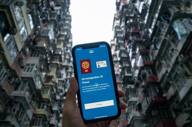 自去年中共強行實施《港版國安法》以來,香港形成新一波移民潮。圖為2021年2月23日,港人可透過手機App申請BNO居英簽證。(Anthony Kwan/Getty Images)