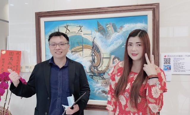藝術家汪倩玉(右)與玄奘大學劉為開教授(左)合影。(汪倩玉提供)