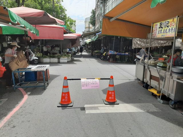 以封閉某些進出口處,來管制傳統市場人流進出。(嘉義市政府提供)