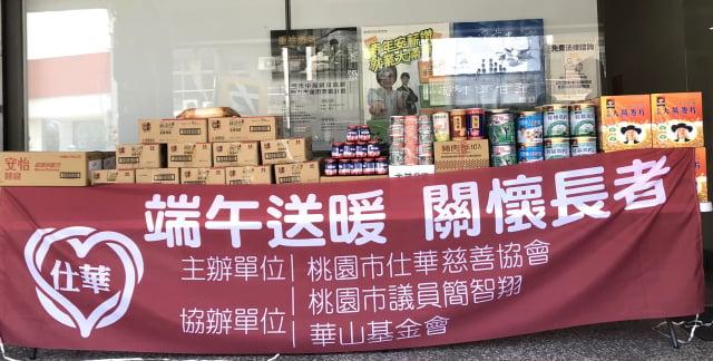 桃園市議員簡智翔再次集結善心人士心意,募集麥片、麵條、奶粉及罐頭等物資,捐給華山基金會桃園站。