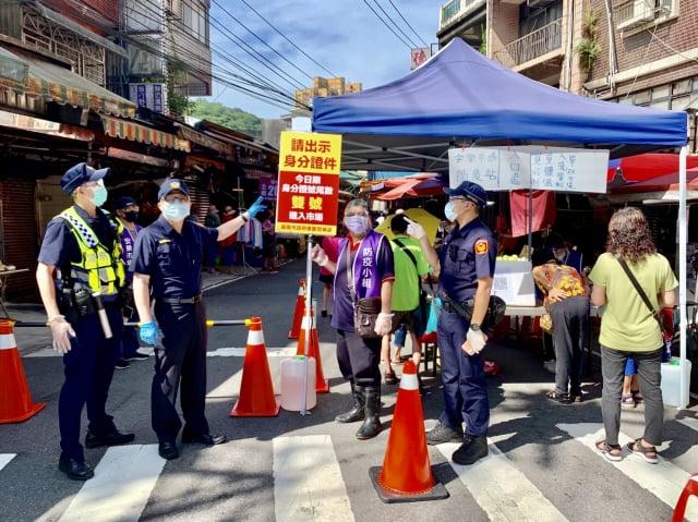 安樂市場解封,警方加強防疫宣導。(基隆市警察局提供)