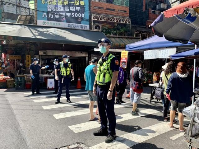 安樂市場解封,警方加強防疫宣導。