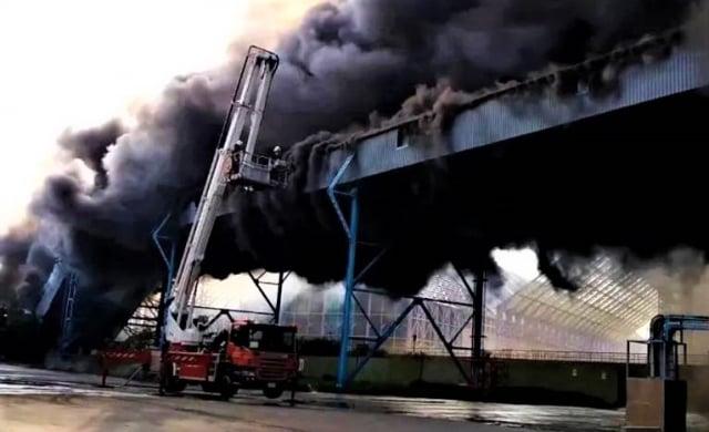 中火輸煤塔濃煙大火, 台電稱不影響供電(爆料公社提供)