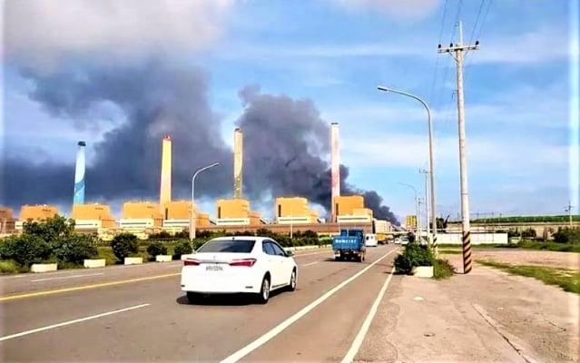 中火輸煤塔濃煙大火,民眾憂心有毒氣體。