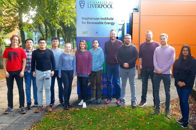 盧奕廷(左四)加入利物浦大學教授哈威克(右五)研究團隊,與博後研究員尼爾(右三)共同發表研究成果。