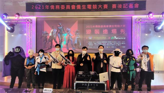僑委會委員長童振源(右4)在首屆僑生電競大賽會場與貴賓、學生一起角色扮演,熱鬧入場。(崑山科技大學提供)