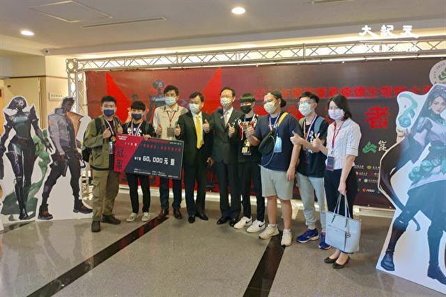 僑委會委員長童振源(中)與獲得僑生電競大賽冠軍的「試水溫2」隊合影。(賴友容/大紀元)