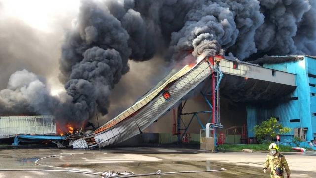 臺中火力發電廠10日上午發生大火,火勢經過三個小時搶救後撲滅。(中央社)