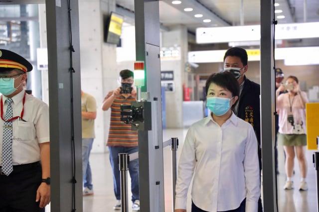 台中市府在台鐵、高鐵等重要交通場站設置「消毒防疫門」,旅客下車進入台中前要先通過。(臺中市政府提供)