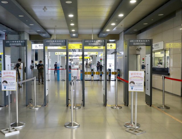 市府在台鐵、高鐵等重要交通場站設置「消毒防疫門」,旅客下車進入台中前要先通過。