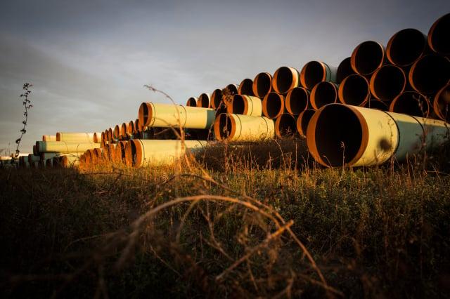 TC能源公司宣布放棄基石輸油管道計畫。圖為管道建材。(Andrew Burton/Getty Images)