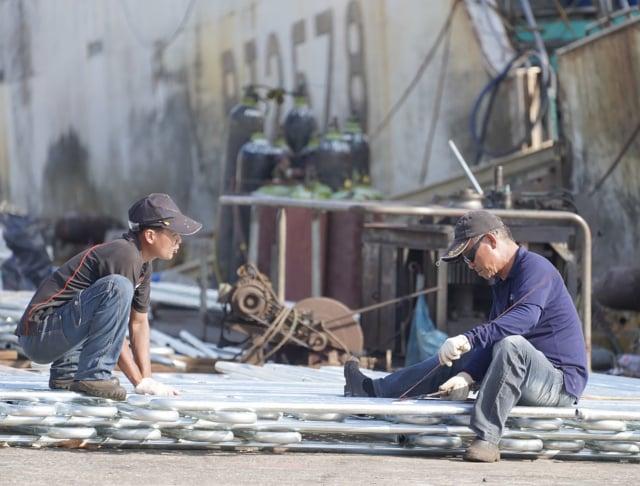 國發會主委龔明鑫10日表示,第一波紓困希望優先照顧弱勢勞工。(中央社)