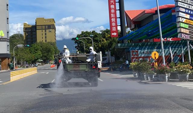 陸軍化學兵支援臺東市區及周邊大消毒。(臺東縣政府提供)