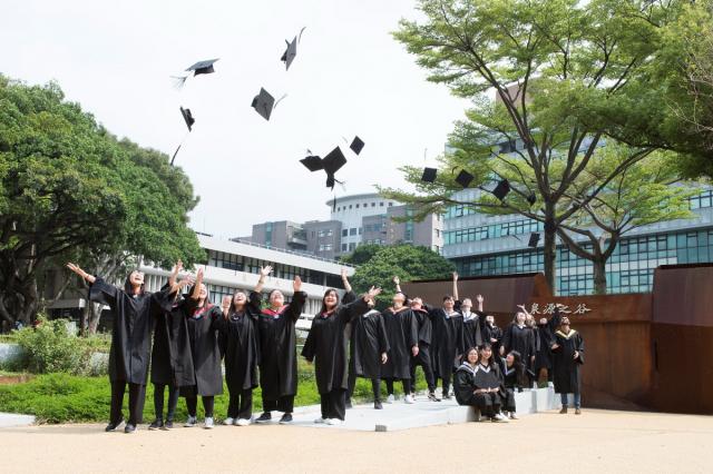 中原大學向今年的畢業生、家長與師長們傳達平安與祝福的心意。(中原大學提供)