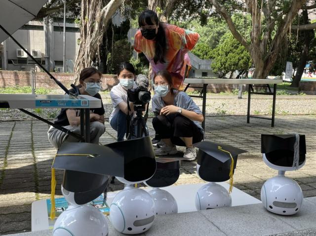 中原大學資管系學生撰寫程式、拍攝影片,為學長姐打造創意機器人畢業典禮。