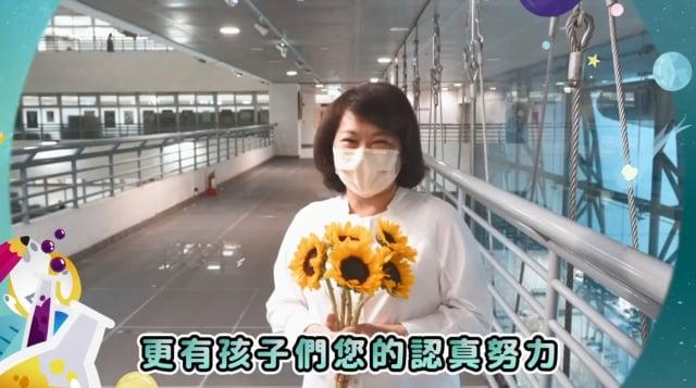 市長黃敏惠期盼孩子未來在遇到困難時,要像向日葵迎向陽光,用正向的態度和燦爛的笑容來面對挑戰,放手追尋自己的夢想。(嘉義市政府提供)
